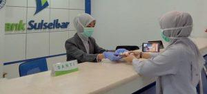 Cegah Penyebaran Corona, Petugas Bank Sulselbar Gunakan Masker Dan Kaos Tangan