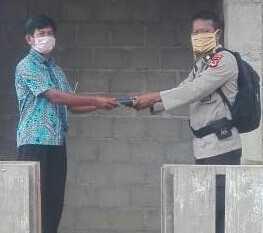 Bhabinkamtibmas Bagikan Masker dan Alkitab ke Warga Binaan di Pelosok Rongkong