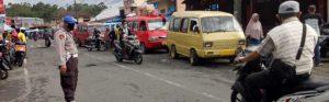 Personel Polsek Bulukumpa Atur Lalu Lintas di Pasar Tanete