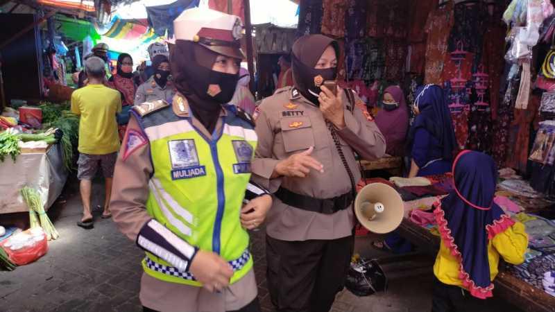 Polwan Polres Pelabuhan Makassar Imbau Protokol Kesehatan di Pasar Tradisional