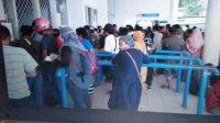 Warga Berkerumun Ambil hasil Rapid Tes Antigen di Pelabuhan Ferry Kolaka