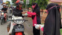 Bhayangkari Brimob Bone Bagikan 50 Paket Takjil Ke Pengguna Jalan
