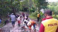 Sinergitas TNI - Polri Bersama Masyarakat Perbaiki Jalanan