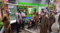 Bhabinkamtibmas Bersama Staf Kelurahan Maltua Edukasi Protkes dan Ajak Warga Sukseskan Vaksinasi