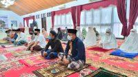Bupati Basli Ali Bersama Keluarga Salat Iduladha di Rujab