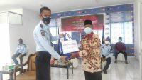 Kumham Peduli, Karutan Sengkang Bagikan Paket Sembako ke Warga