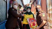 Kejari Makassar Serahkan Bantuan ke Warga Terdampak Covid-19