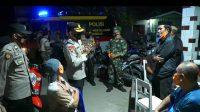 Polisi Patroli Skala Besar Sambil Bagikan Sembako Kepada Warga
