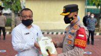 Sebanyak 325 Buah Mushaf Al-Qur'an Diserahkan Ketua Baznas kepada Kapolres Enrekang