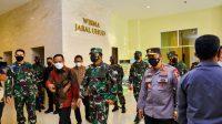 Panglima TNI dan Kapolri Tinjau Fasilitas Isolasi Terintegrasi di Asrama Haji Sudiang