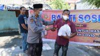 Kabag Sumda Polres Takalar Bagikan Paket Sembako ke Warga Miskin