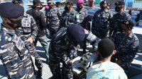 TNI AL Sambut Nelayan Baru Pulang Melaut di Barombong Dengan Serbuan Vaksinasi