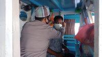 Bhabinkamtibmas Pulau Barrang Lompo Imbau Protkes Sambil Bagikan Masker ke Warga
