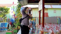 Bhabinkamtibmas Pulau Barrang Caddi Kawal Pendistribusian Beras Warga Pulau