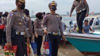 Ditlantas Polda Sulsel Bagikan Sembako ke Nelayan dan Warga Pulau Lae-lae