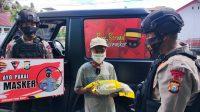 Selain Imbau Prokes, Patroli Brimob Bone Juga Bagikan Sembako ke Tukang Becak