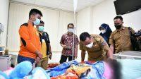 Jenguk Bocah Korban Penganiayaan Orang Tuanya di Gowa, Plt Gubernur Berikan Hadiah