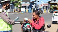 Satlantas Polres Pelabuhan Makassar Bagikan Masker ke Masyarakat