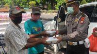 Jumat Berkah Satlantas Polres Takalar Bagi Nasi Kotak Ke Warga Kurang Mampu