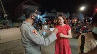 Melalui Operasi PPKM Level II, Polres Pelabuhan Makassar Bagikan Masker