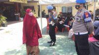 Tim Vaksinator Door to Door Polres Pelabuhan Makassar Vaksin Masyarakat di Polsek Wajo