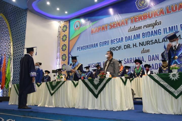 Unismuh Wisuda 1.390 Mahasiswa dan Kukuhkan Guru Besar Pendidikan Sosiologi