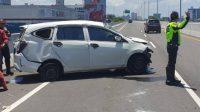 Akibat Ban Pecah, Mobil Sigra Kecelakaan di Tol Layang Pettarani